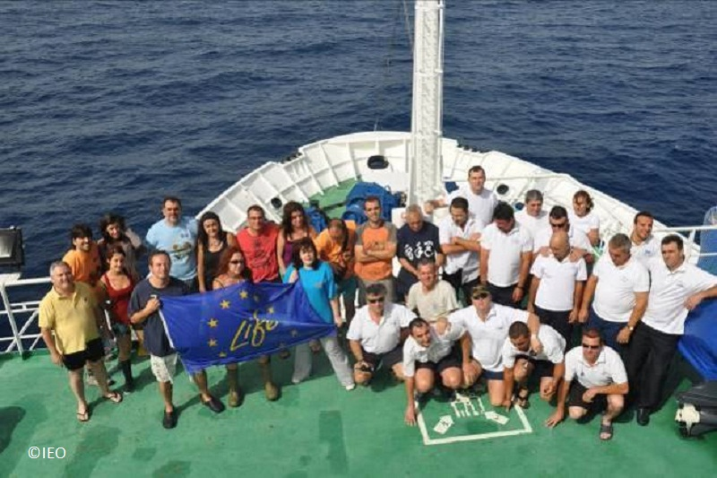 Crew and scientific team on board the Miguel Oliver ship ©IEO